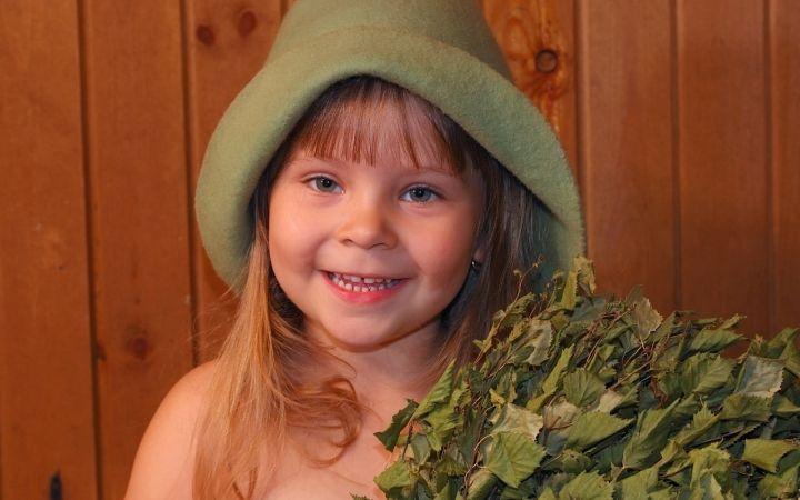 девочка в банной шапке